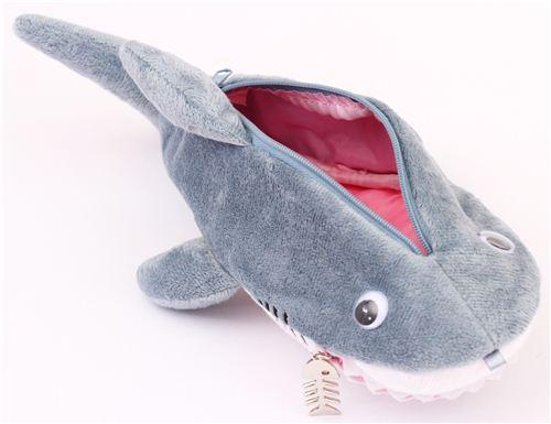 Trousse crayons en peluche en forme de requin rigolo modes4u - Requin rigolo ...